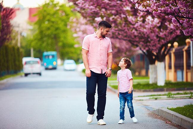 Отец и сын. Прогулка в парке